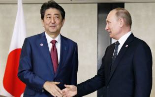 「2島先行返還」は日本側の腹案とみられている=共同