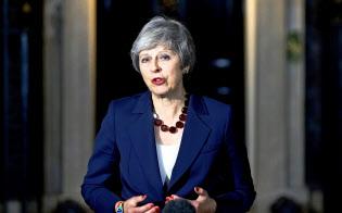 閣議終了後、英首相官邸前で声明を発表するメイ英首相(14日、ロンドン)=ロイター