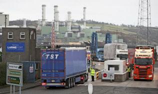 EUに残るアイルランドとの国境問題が英離脱の壁に(14日、北アイルランド=AP