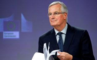英の離脱協定案を示すEUのバルニエ首席交渉官=ロイター