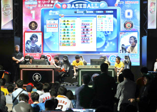 eBASEBALLパワプロ・プロリーグの開幕戦で試合をする選手ら(10日、東京都渋谷区)