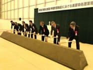仮設処理施設の起工式でくわ入れをする関係者(15日、福島県双葉町)