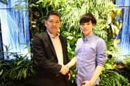 資本業務提携を結んだ終活ねっとの岩崎翔太社長(右)とDMM.comの緒方悠執行役員