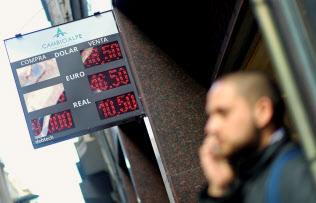 アルゼンチンの通貨ペソは足元では小康状態だが…(10月、ブエノスアイレスの両替所)