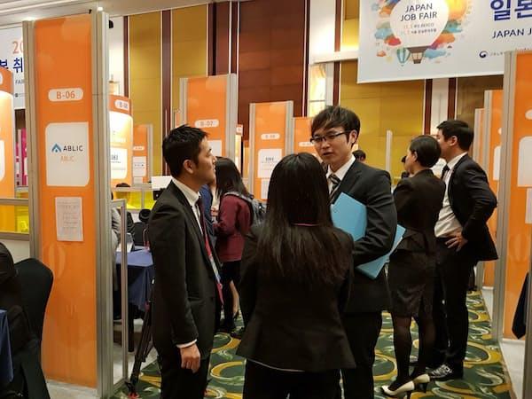 日本企業112社が出展した「日本就職博覧会」には2000人超の若者でにぎわった(ソウル市内のホテルで)