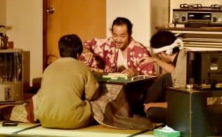 「笑顔の砦」では俳優がよく触る壁の部分に手あかを濃くするなど、生活感漂う舞台美術を施す