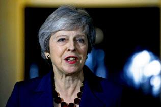 14日、EU離脱協定案を了承した臨時閣議後に記者団と話すメイ英首相(ロンドン)=ロイター