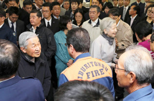 地震で甚大な被害に遭った北海道厚真町に赴き、被災者らを見舞う天皇、皇后両陛下(15日)=代表撮影