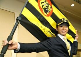 入団が決まり、ポーズをとる阪神ドラフト1位の近本光司外野手(15日、兵庫県西宮市)=共同