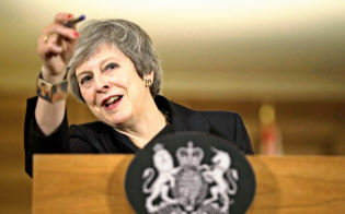 15日、ロンドン市内で会見するメイ英首相=AP