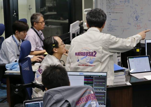 はやぶさ2の運用をする管制室(神奈川県相模原市の宇宙科学研究所)=矢後衛撮影