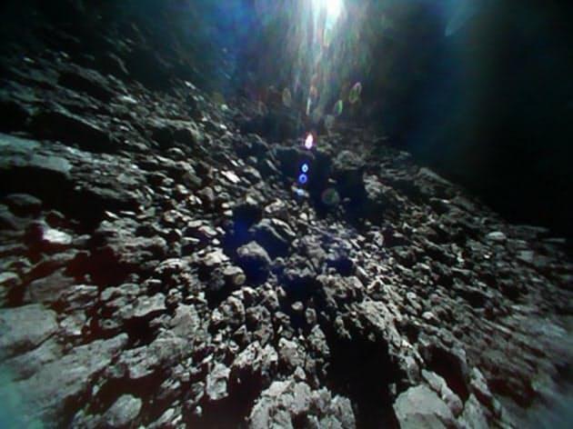 はやぶさ2が投下した探査ロボットが撮影したりゅうぐうの地表(18年9月23日)=JAXAなど提供