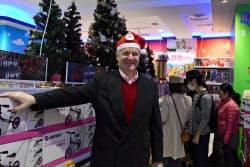 「日本では小型店を年に10店のペースで出店する」と語る日本トイザらスのディーター・ハーベル社長(16日、東京都墨田区)