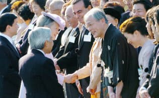秋の園遊会で米長邦雄さん(中央右)と言葉を交わす天皇陛下(2004年10月28日、東京・元赤坂)