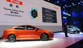 トヨタ自動車は主力セダン「カローラ」で新たにハイブリッド車(HV)を世界の90以上の国や地域で発売する(16日、広州モーターショー)