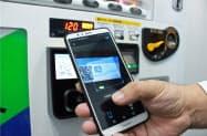 伊藤園が設置を進める「支付宝(アリペイ)」での決済に対応した自動販売機。表示されるQRコードをスマホで読み取る