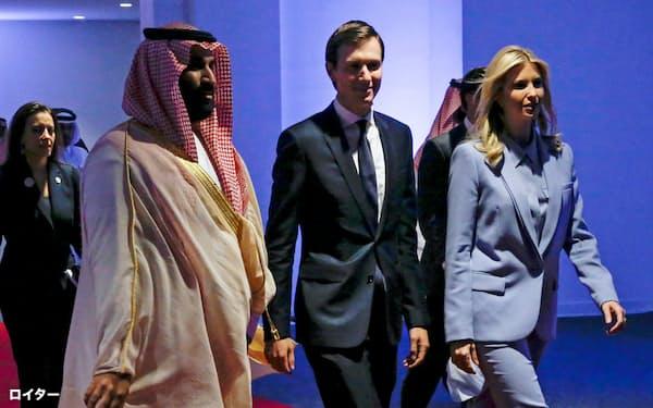 ムハンマド皇太子(左)とクシュナー米大統領上級顧問(17年5月、サウジアラビア)=ロイター