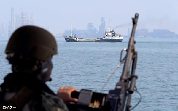 9月、バーレーン港周辺でタンカーを監視する米海軍兵士=ロイター
