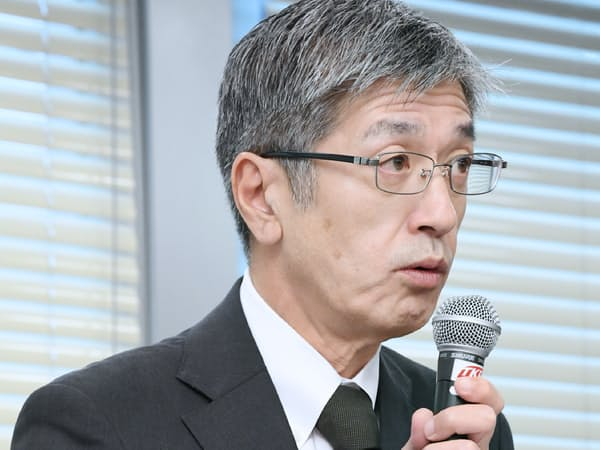 記者会見する日本航空の赤坂祐二社長(16日、東京都港区)