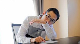 文字盤を指し示しながら話す作家の東田直樹さん=寺沢将幸撮影