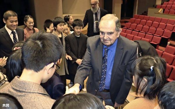 岐阜県八百津町を訪れ、小学生と交流するベルティ・フランケルさん(16日)=共同