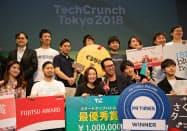 最優秀賞を獲得したムスカの流郷・暫定CEO(前列左から3人目)ら(16日、東京都渋谷区)