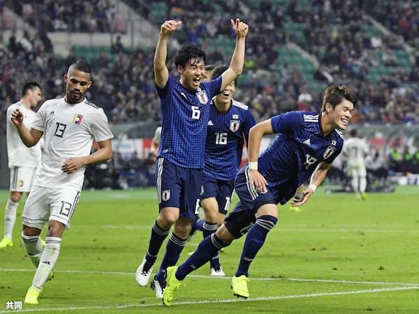 日本―ベネズエラの前半、先制ゴールを決め、駆けだす酒井宏(手前右)と喜ぶ遠藤(同中央)ら(16日、大銀ドーム)=共同