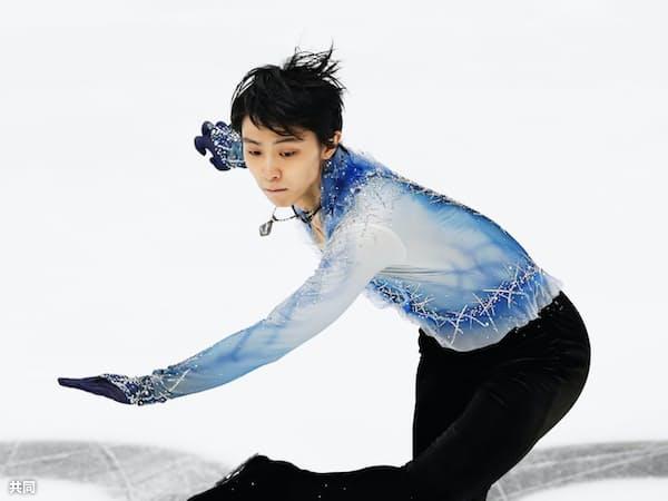 男子SPでジャンプし、着氷する羽生結弦(16日、モスクワ)=共同