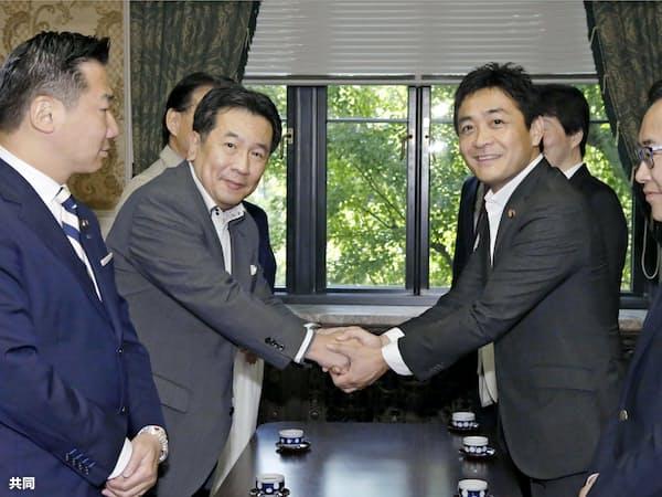 立憲民主党の枝野代表(左から2人目)と握手する国民民主党の玉木代表(9月18日、国会)=共同