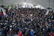 16日、カショギ氏の葬儀には多数の報道陣が集まった(イスタンブール)=アナトリア通信提供