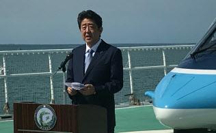 海上保安庁の巡視船「えちご」で訓示する安倍首相