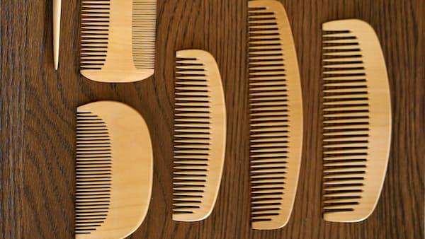 櫛(くし) 長い黒髪守る細かい歯
