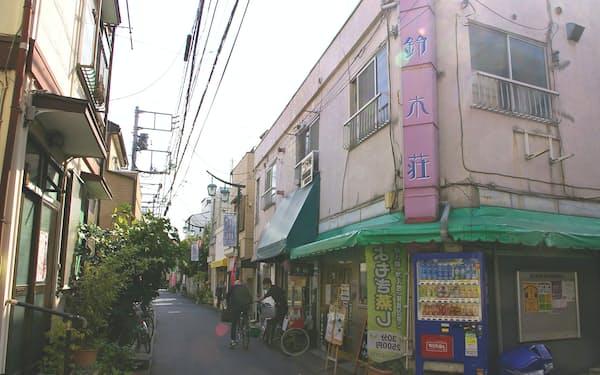 鳩の街通り商店街にあるアパート「鈴木荘」。個性的な新店主の挑戦の場として再生した