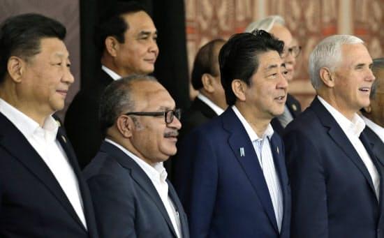アジア太平洋経済協力会議(APEC)首脳会議に出席する安倍首相(前列右から2人目)、ペンス米副大統領(前列いちばん右)、中国の習近平国家主席(前列いちばん左)ら=AP