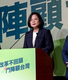 蔡英文総統が主席を務める与党・民進党は苦戦している(14日、台湾中部の台中市)=民進党提供