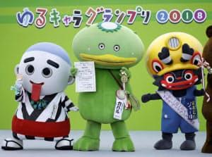 優勝した埼玉の「カパル」(中央)、右は2位に入った福岡の「ジャー坊」、左は3位の三重の「こにゅうどうくん」(18日午後、大阪府東大阪市)=共同