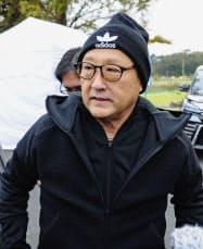 取材に応じるトヨタ自動車の豊田章男社長(18日午後、静岡県裾野市)=共同