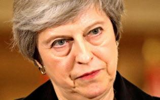 メイ英首相が閣議で了承を取り付けた離脱協定案を巡って、英国内では反発が広がる=ロイター