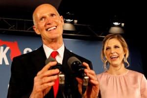 大激戦となったフロリダ州の上院選で勝利した共和党候補のリック・スコット同州知事(左)=ロイター