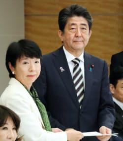 規制改革推進会議の大田議長から答申を受け取る安倍首相(19日、首相官邸)