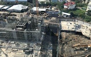 クリードがホーチミン市内で現地のデベロッパー、アンギアと共同で建設をすすめる高層マンションの現場。高層マンション群が立ち上がる。