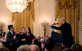 トランプ大統領は気に入らない報道を「フェイクニュース」と決めつけ、メディアを批判する=ロイター