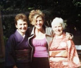 2000年ごろ、来日した母(右)らと。母はいつも娘の決断を応援してくれる