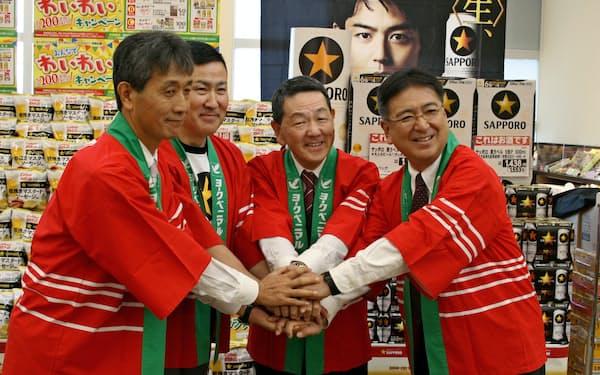 連携を発表する真船氏(右から2人目)と高島氏(同3人目)=18日、福島県郡山市