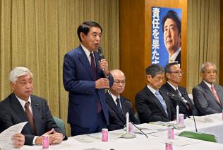 憲法改正推進本部の会合であいさつする下村本部長(19日午後、自民党本部)