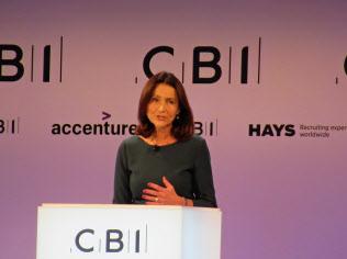 英産業連盟の年次総会で基調講演するフェアバーン事務局長(19日、ロンドン)