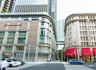 こだわりを抑えた高島屋日本橋店新館(左)は集客数、売上高ともに想定を超えている(東京都中央区)