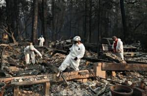 山火事の現場に駆け付けた救助隊(カリフォルニア州ビュート郡)