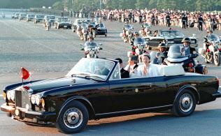 1990年11月、皇居前を進む即位の礼祝賀パレードの車列=共同