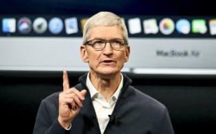 アップルのティム・クックCEOは個人情報保護の問題でフェイスブックのマーク・ザッカーバーグ氏を批判している=AP